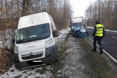 Iveco Daily zgubiło przyczepkę – uderzyła w Citroëna Jumpera