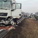 Wypadek na A4 – Fiat Ducato wepchnięty w barierki przez MAN-a