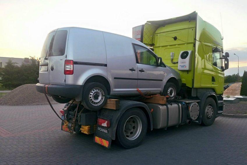 Transport kombinowany, czyli VW Caddy na ciągniku siodłowym