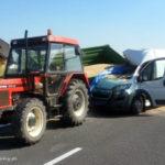 Peugeot Boxer wjechał w przyczepę ze zbożem na DK 1 w Kobiórze