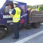 Transport drewna z cieknącym paliwem w Iveco TurboDaily