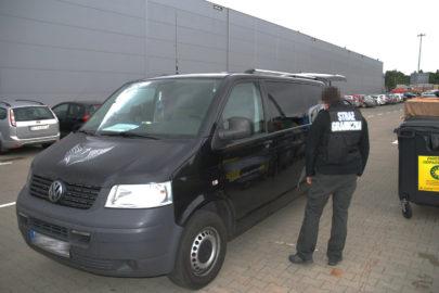 Przemycał papierosy karawanem – czarny VW T5 skrywał 1500 paczek