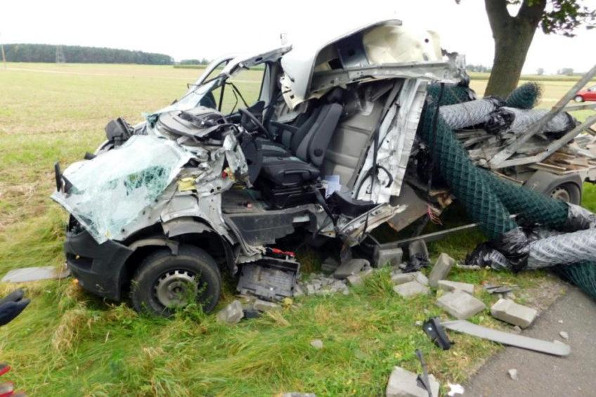 Renault Master wjechało w tył naczepy – kierowca sam opuścił wrak