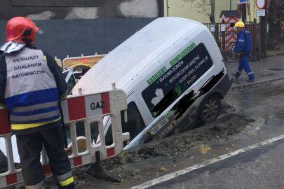 W Katowicach Opel Combo wjechał do wykopu – uszkodził gazociąg