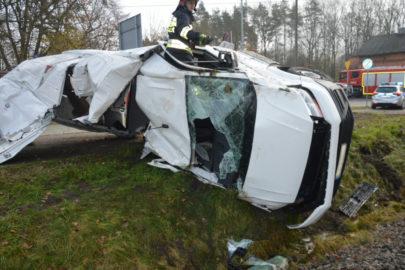 Nowy VW Crafter wjechał pod pociąg – kierowca trafił do szpitala