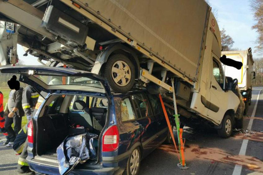 Renault Master na dachu osobówki – nietypowy wypadek w Okocimiu