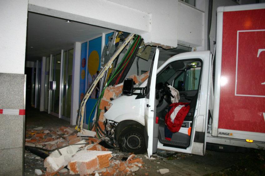 W Niemczech pijany Rumun wjechał Sprinterem w budynek