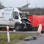 Pod Łowiczem Ducato wjechało w ciężarówkę – kierowca busa zmarł