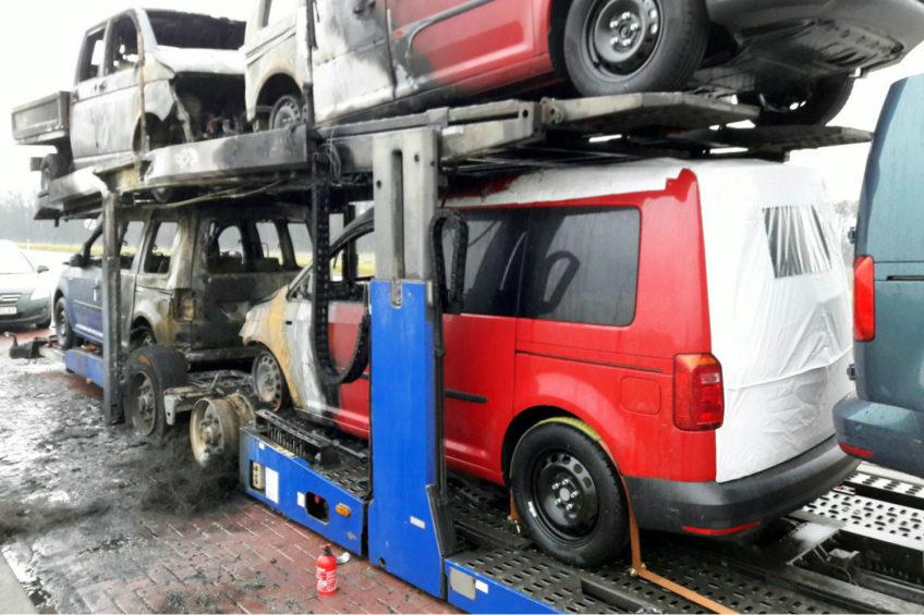 Cztery nowe Volkswageny spłonęły – kierowca jechał na magnesie