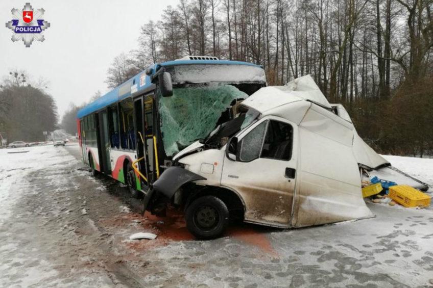Kierowca Jumpera wpadł do środka autobusu. Wypadek pod Puławami
