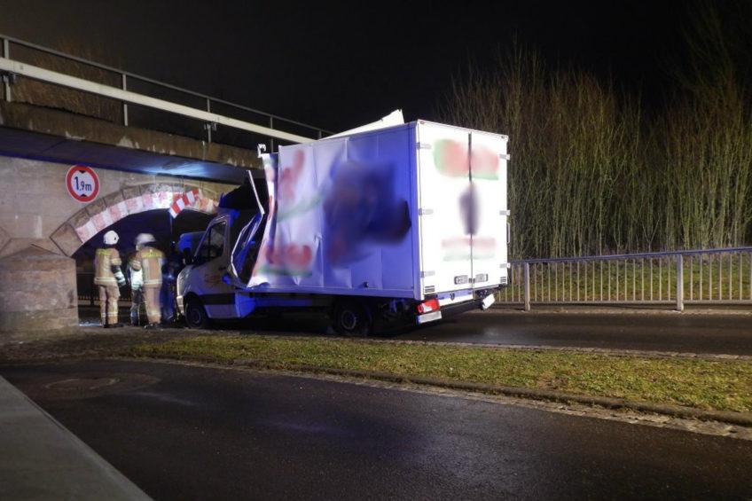Zaklinowany VW Crafter z kontenerem – tunel miał 1,9 metra