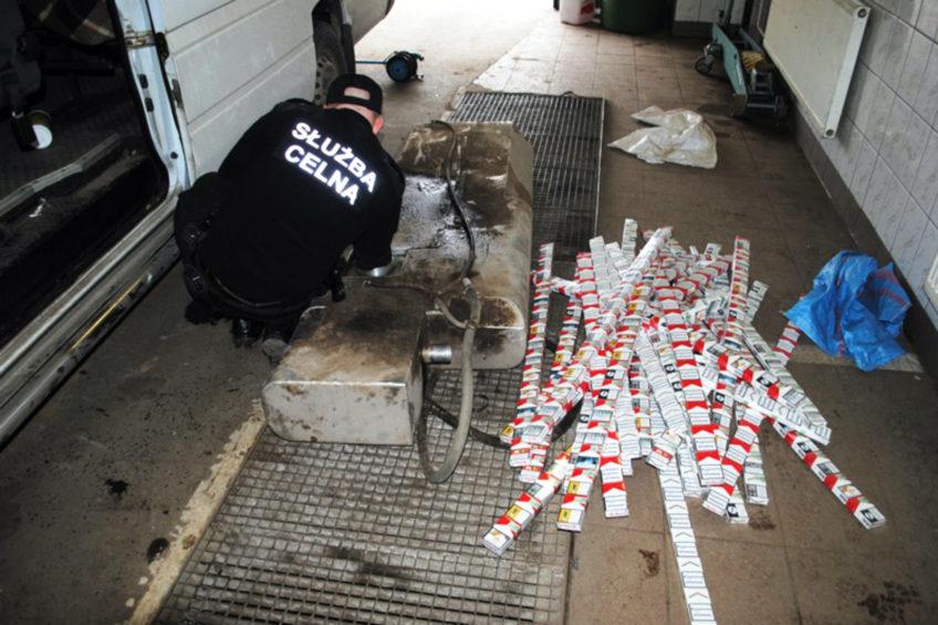 Dostawcze Mercedesy z papierosami ukrytymi w zbiornikach paliwa
