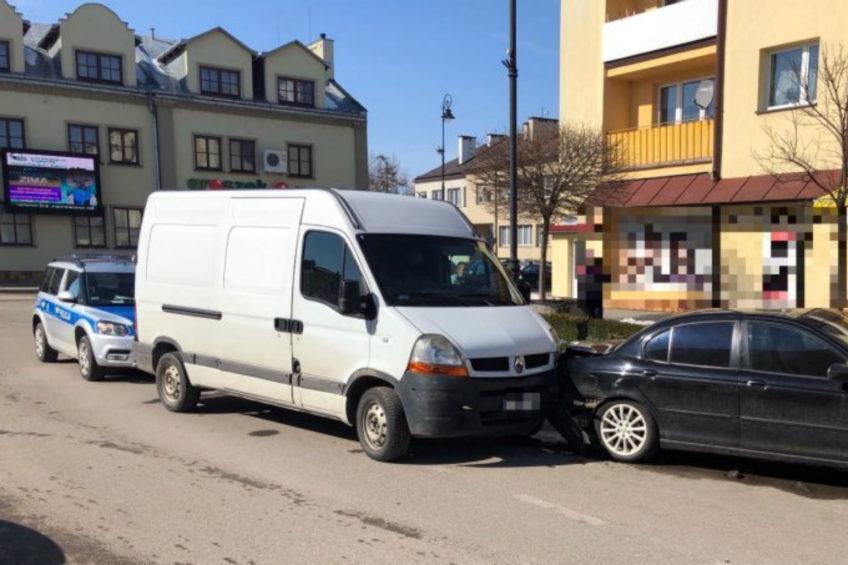Kierowca Renault Master miał ponad 4 promile – uszkodził 3 auta