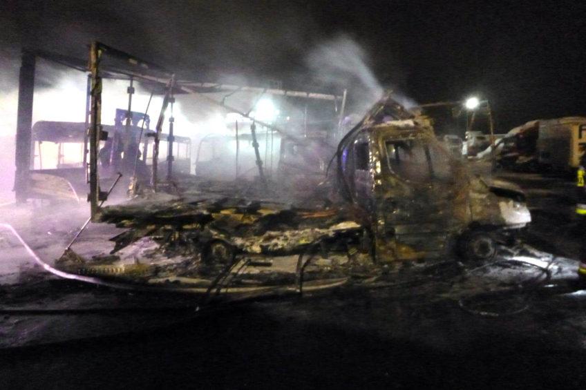 Pożar parkingu wrocławskiego serwisu Iveco – spłonęło 7 sztuk Daily
