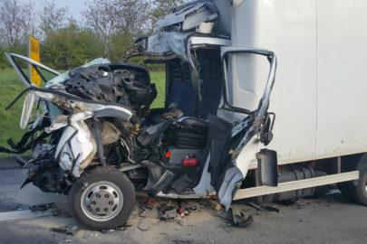 Iveco Daily najechało na naczepę DAF-a – kierowca busa nie żyje