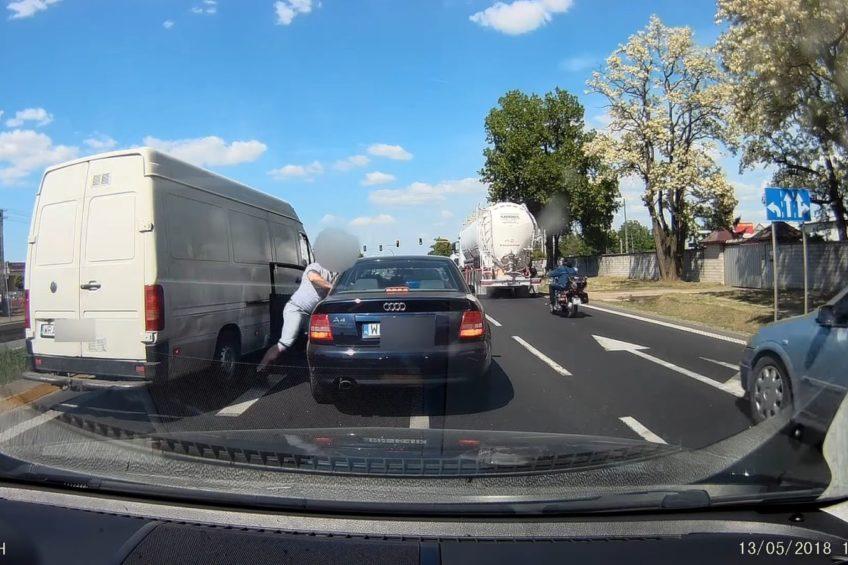 Agresywny kierowca VW LT pobił kierowcę Audi i wyrzucił mu kluczki