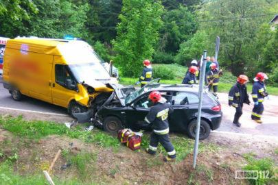 Alfa Romeo wjechało w kurierskiego Forda Transita – 3 osoby ranne