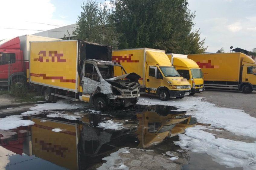 8 zniszczonych kurierskich dostawczaków – ktoś je podpalił
