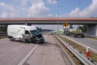 Citroën Jumper wjechał w barierki na S8 – kierowca miał 1,5 promila