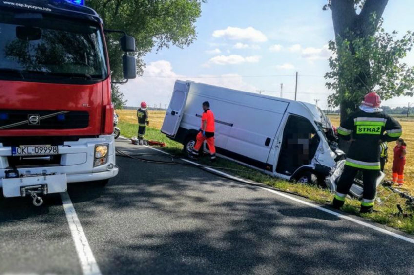 Na DK nr 11 Peugeot Boxer wjechał w drzewo – 2 osoby nie żyją