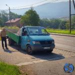 Przeładowany Mercedes Sprinter złamał się w Bielsku-Białej