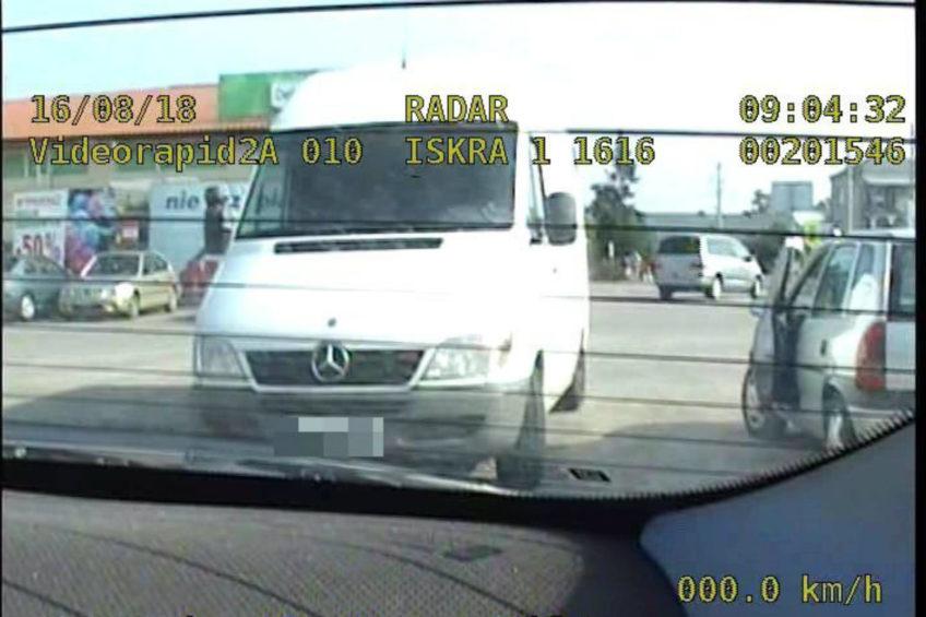 Kierowca Sprintera wrzucił 100 zł do radiowozu – grozi mu do 8 lat