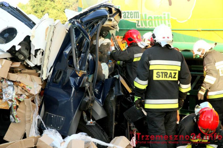 Zderzenie busa i cysterny na DK 15 – kierowca dostawczaka nie żyje