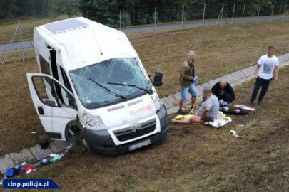Citroën Jumper dachował na A2 – rannemu kierowcy pomogli policjanci