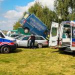 Fiat Ducato wylądował na dachu innego auta – kierowca bez uprawnień