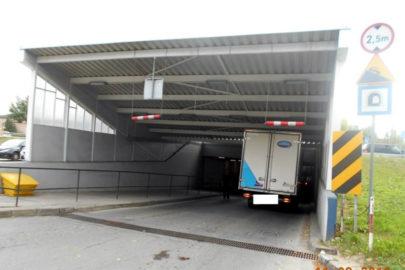 Iveco Daily zaklinowane w Wejherowie – kontenerem pod 2,5 metra