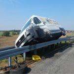 Kierowca Ducato zasnął za kierownicą – furgon zawisł na barierkach