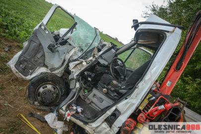 Cysterna wjechała w Iveco Daily – kierowcę busa uwalniali strażacy