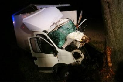 Na DK nr 17 Iveco Daily wjechało w drzewo – ranny kierowca i pasażer