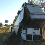 Na niemieckiej A2 z kontenerowego Daily wypadł Fiat Doblo