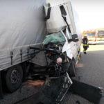 Na niemieckiej A8 polski bus wjechał w ciężarówkę – kierowca ranny