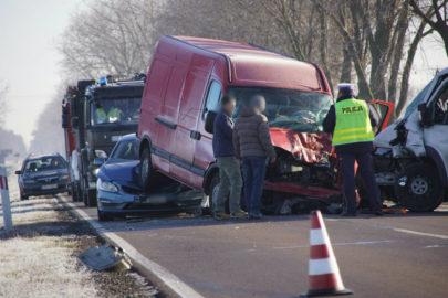 Zderzenie Fiata Ducato z Renault Master na DK 63 – 3 osoby ranne