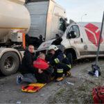 Kurierski Fiat Ducato kontra cysterna – kurier został lekko ranny