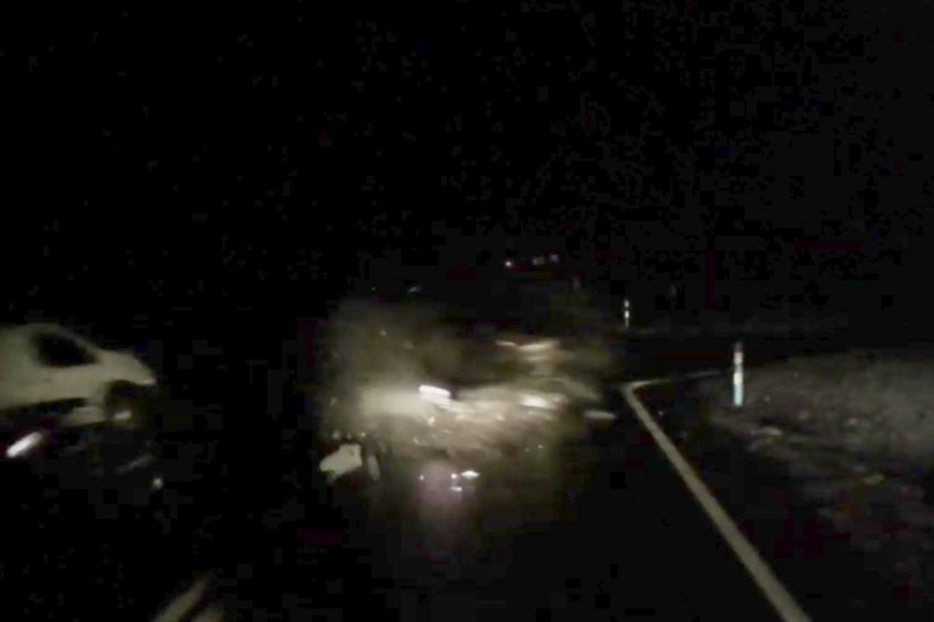 VW Passatem wjechała w Peugeota Partnera – film z wypadku