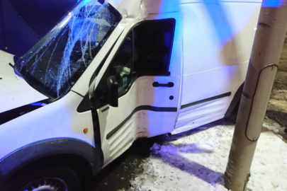 Ford Transit Connect uderzył bokiem w latarnię – kierowca zmarł