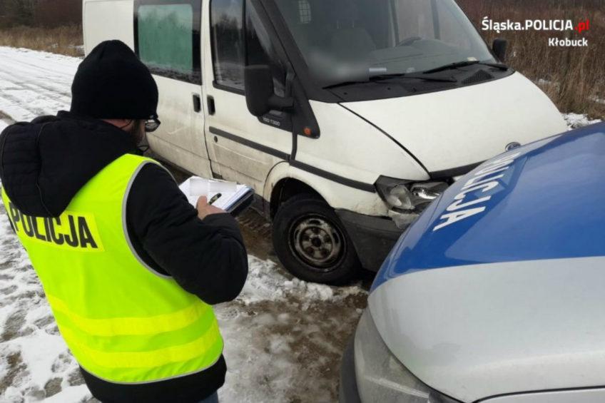 Kradzionym Fordem Transitem uderzył w policyjnego VW Transportera