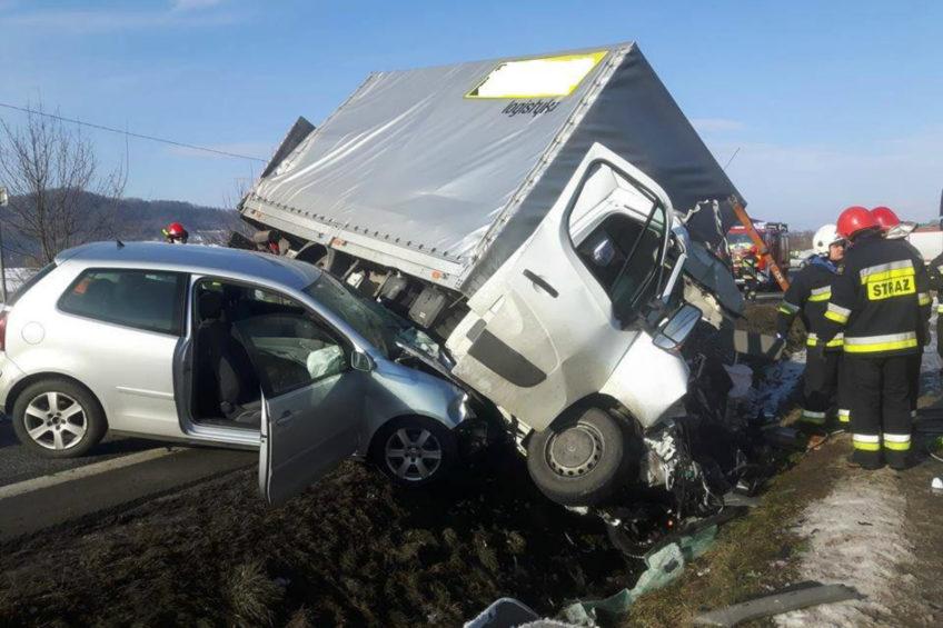 Wypadek na DK 73 – kierowca Opla Movano poważnie ranny