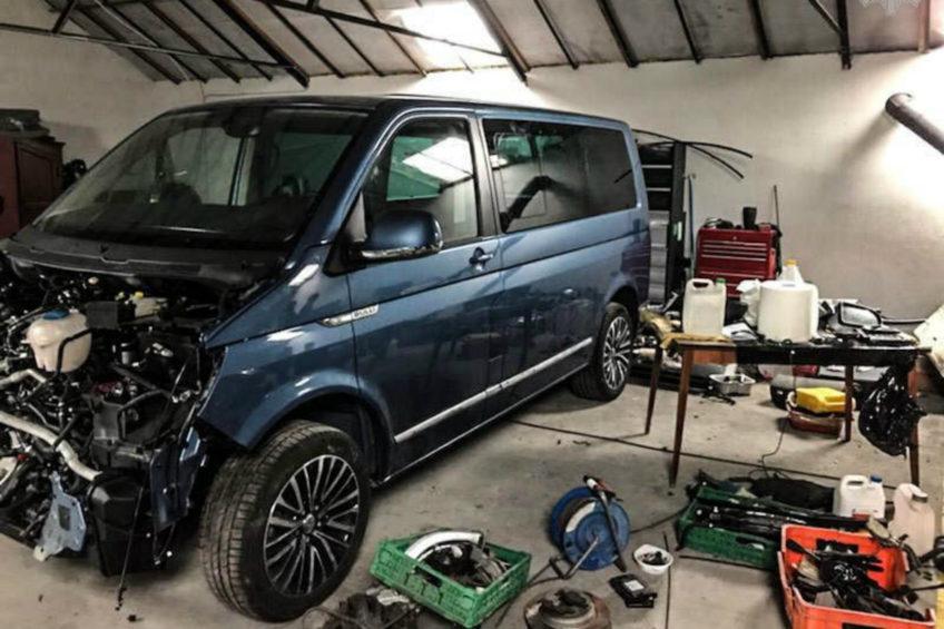 3 VW Multivany i 2 Fiaty Ducato oraz 62 silniki w dziupli samochodowej