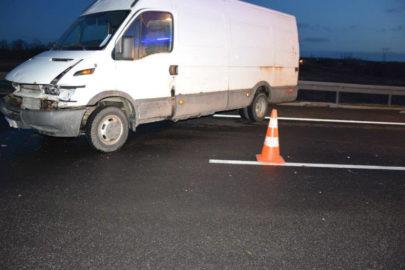 Na A4 wiatr zepchnął Iveco Daily na barierki – nie żyje kierowca