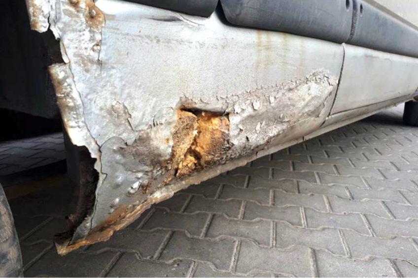 Progi na piankę montażową i łyse opony w Renault Master