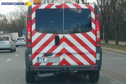 Renault Trafic z rurą kanalizacyjną pod autem – zdjęcia z Kielc