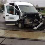 Ford Transit zderzył się z pociągiem – kierowca trafił do szpitala