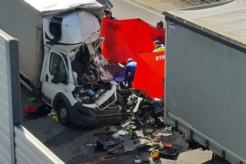 Na A2 Fiat Ducato wjechał w naczepę – kierowca busa nie żyje