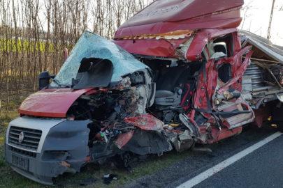 Na DK 43 Fiat Ducato zahaczył o tandem – ranny kierowca busa