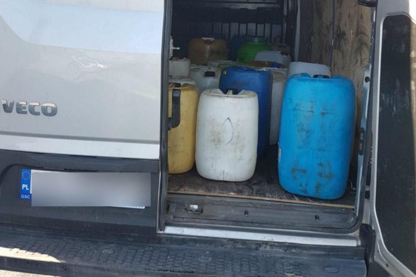 Spuszczali paliwo z ciężarówek – w furgonie było 2000 litrów ropy