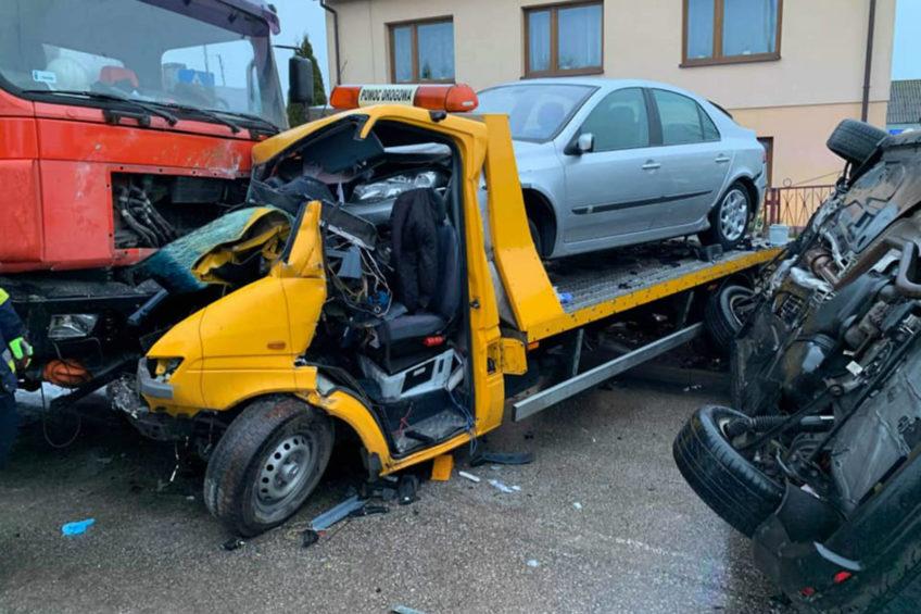 Zderzenie autolawety z ciężarówką – kierowca Sprintera ranny